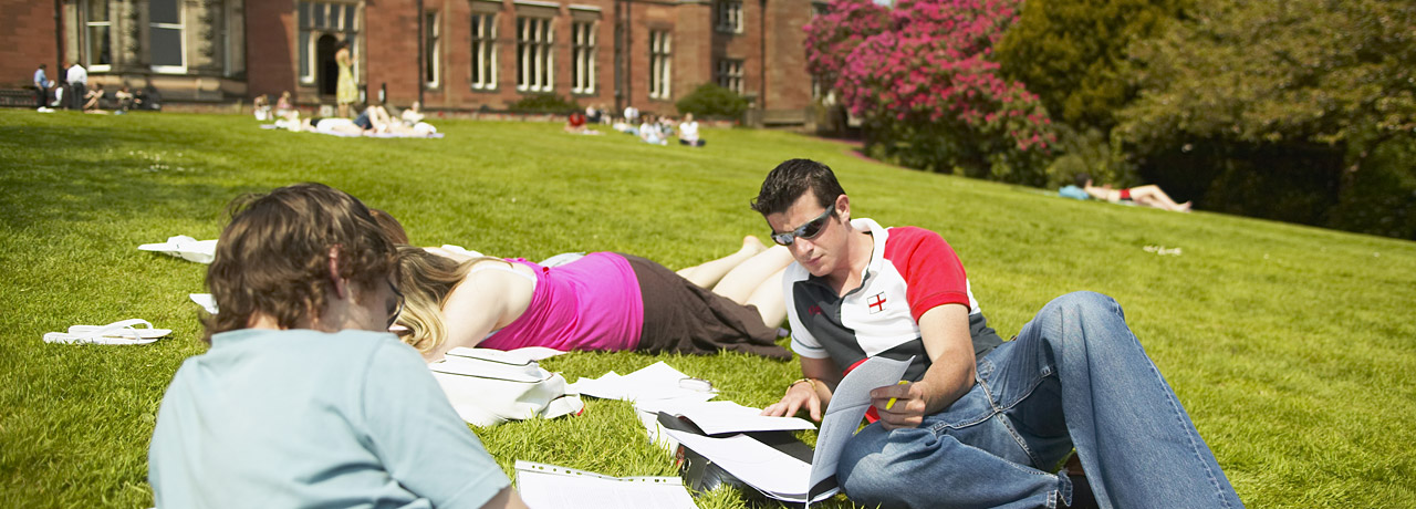 535_Keele_University_students_study_outside20120906-2-2ef6jd.jpg